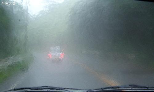 开雾灯减速慢行 支招雨雾天气驾驶技巧