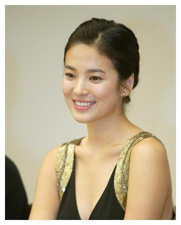 韩国著名女演员,与宋钟基传过恋情,曾因一部剧火遍全亚洲!