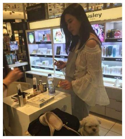 51岁王祖贤带爱犬逛商场,岁月虽不饶人,但我依然给你满分!