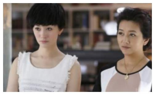 51岁江珊一家近照,小15岁老公比靳东还帅,女儿长得比她还美