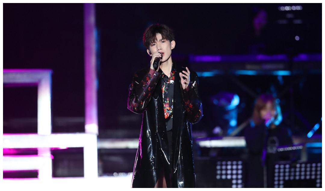 王源18岁演唱会看,偶像林俊杰惊喜现身,手机壳是刘能