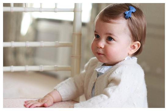 夏洛特小公主继承了戴安娜的舞蹈天赋,2岁就开始痴迷于芭蕾