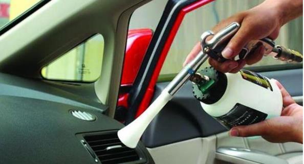 夏日车厢温度高,很多人用空调降温,看看有经验的司机是如何做的