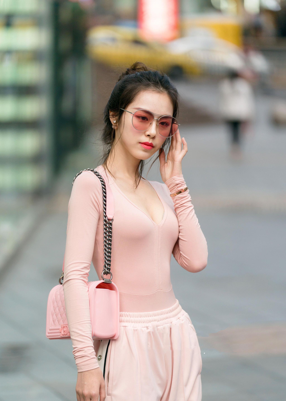夏季又是穿薄纱衣服的季节,不仅舒适也能尽显气质
