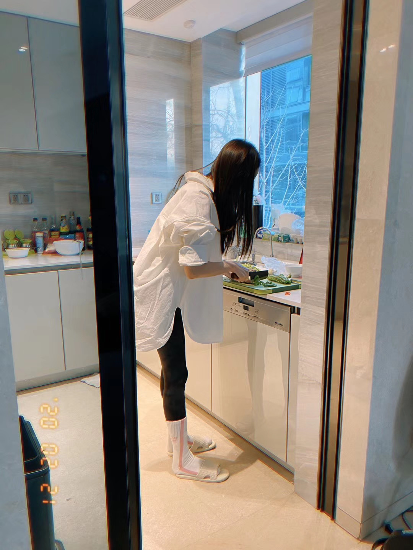 张天爱晒厨艺对比照 调侃家人从厨师变监工