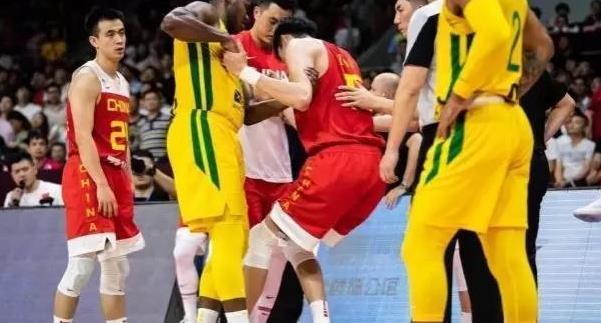 意外还是来了!周琦倒地受伤了!中国男篮已经连伤两人了!