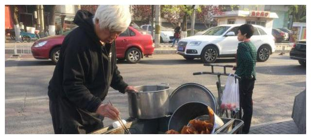 白发老爷爷卖煎饼果子,15元是标配,顾客拿着号码排队才能吃到