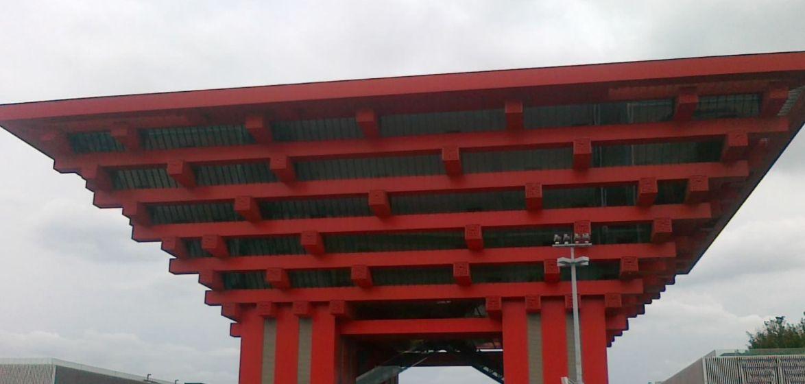 中国馆,又被称为中华艺术宫,以大红色为主要元素