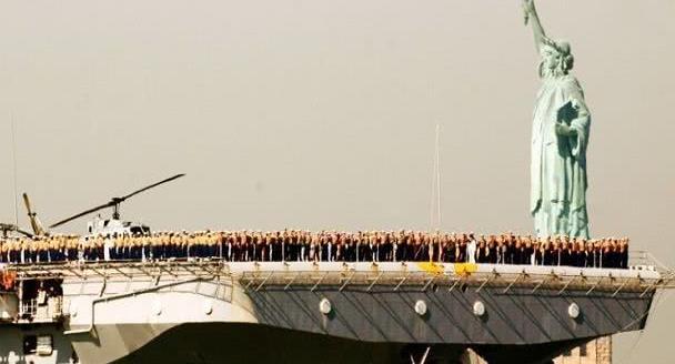 海军基地内警报声大作!航母燃起大火烧了5小时,起火原因很诡异
