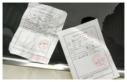 成都双流机场路近都段违停严重 官方回复:已进行整治