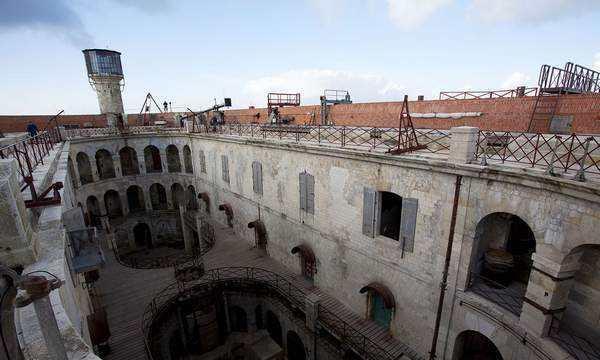 法国最自由的监狱,犯人在这里不受管制,众多影视剧在这里拍摄