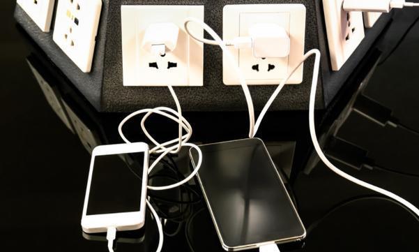 手机充电器长期插在插座上不拔有危险吗?注意5点,使用更安全