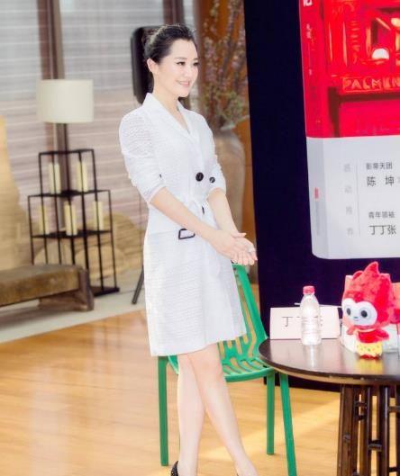 厉害了许晴!49岁身穿白裙不输28岁的谭松韵,网友:还是这么年轻