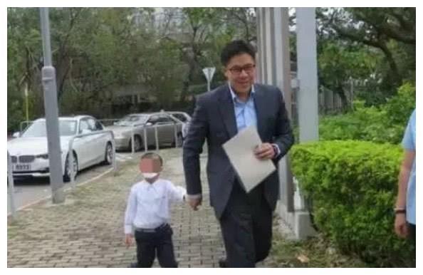 霍启刚郭晶晶夫妻陪儿子参加入学面试,朴素低调还有点小紧张