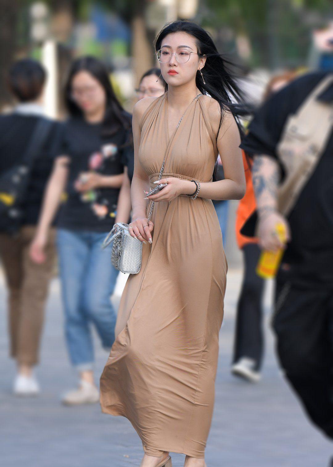 女神专宠的裸色裙这样穿才好看,拥有黄金的身材比例非它莫属
