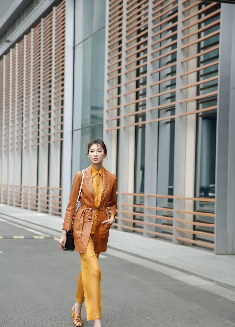 李斯羽橙色系造型惊艳亮相 丸子头少女感十足!