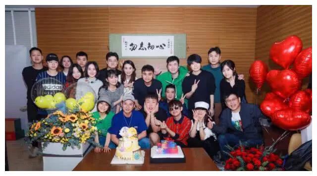 快乐家族为杜海涛举办生日聚会,网友:女朋友沈梦辰人去哪了?