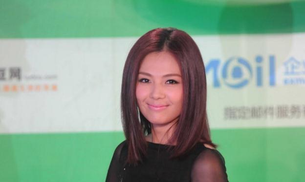 刘涛在红毯上惊艳亮相,一身华丽的服装让不少网友议论纷纷