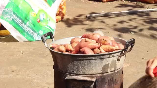 农村铝锅柴火煮红薯,静妹花5块钱买一袋子,一次煮一锅,美味
