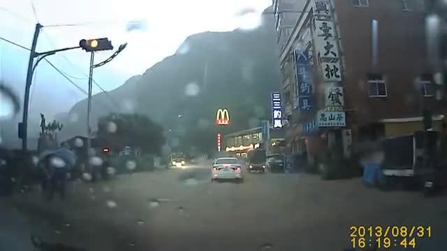 山体崩塌巨石掉下超可怕一瞬间