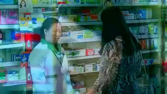 漂亮女人穿高跟鞋磨脚,到临近药店买一物,立马解决困难