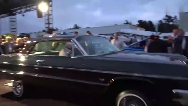 坐进跳舞车的那一刻老大爷显然吃不消了