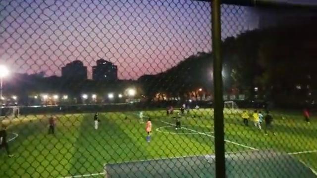 """武汉华中科技大学业余足球赛,""""国际队与中国队""""比拼,结果如何"""