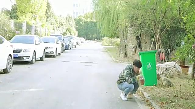 弟弟流浪街头捡面包吃,被人嘲笑是傻子,这时董事长哥哥出现了