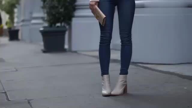 时尚穿搭展示,粉色流苏上衣搭配蓝色紧身牛仔裤