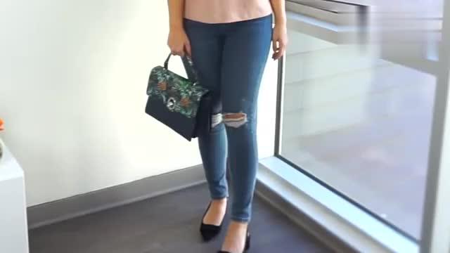 时尚穿搭展示,粉色上衣+蓝色紧身牛仔裤+小方包