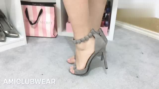 时尚穿搭展示,粉色荷叶边连衣裙搭配高跟凉鞋