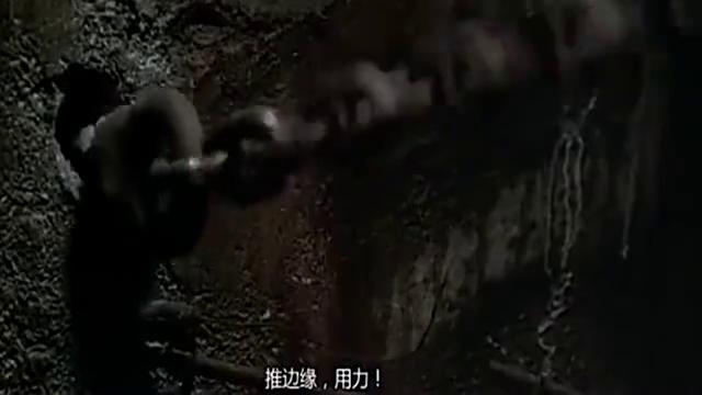 女子惹怒巨蟒,被大火燃烧的巨蟒,还在猛追着美女咬