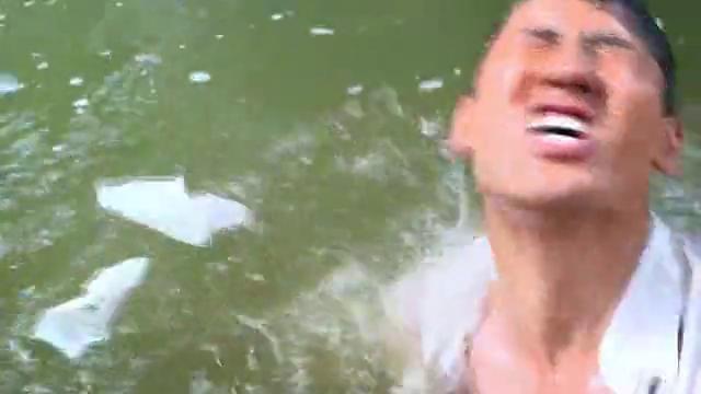 景梅冲动撕烂通知书,怎料老公一头扎进水里