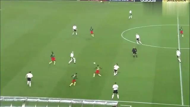 重温德国队造越位失误,喀麦隆前锋单刀对卡恩,这球至今无人扑出