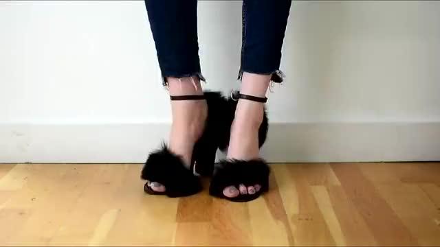 时尚高跟鞋:黑色毛绒一字扣,粗跟凉鞋,潮流有个性