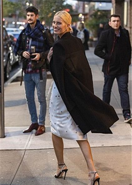 卡罗莱娜·科库娃亮相街头,一身时髦装扮疾走星范十足