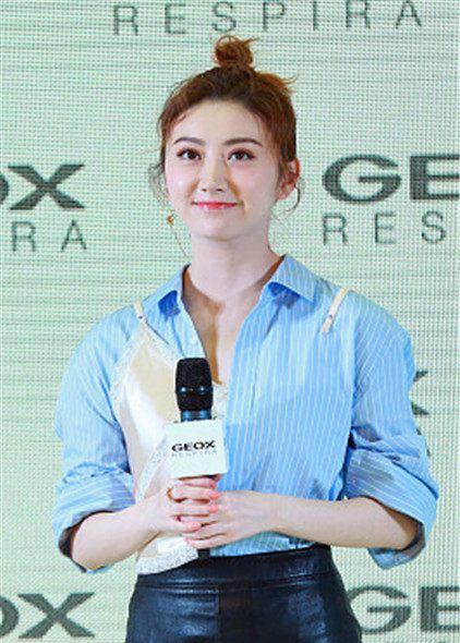景甜:Alexander Wang条纹拼接衬衣,皮质短裙时髦个性
