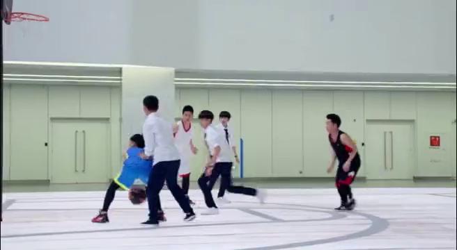 超少年密码:浩轩在篮球场上傻站着,结果遭到男同学指责!
