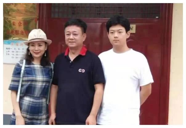朱军18岁儿子近照曝光,比父亲还要高,多才多艺是学校文艺骨干