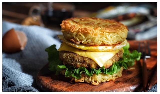 宝马美食:方便面还在泡着吃吗?解锁新技能,快来尝尝方便面汉堡
