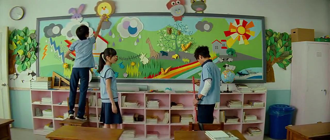 教室之中陈威翔拿走黑板报用品,被说道幼不幼稚