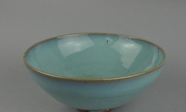 美中不足的宋代钧窑天青釉碗