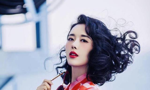 40岁颜丹晨太美了,时尚穿搭都能美翻天,不愧是最美的嫦娥仙子