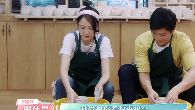"""陈乔恩与新男友做陶瓷,当看到""""双手合拢""""那一刻,暧昧升级了!"""
