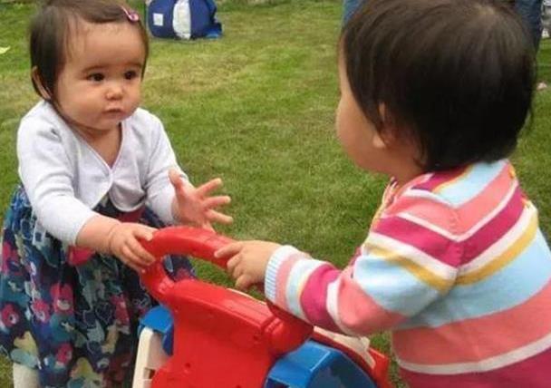 """""""妈妈,他抢我玩具""""家长的回答决定孩子的社交能力,别不重视"""