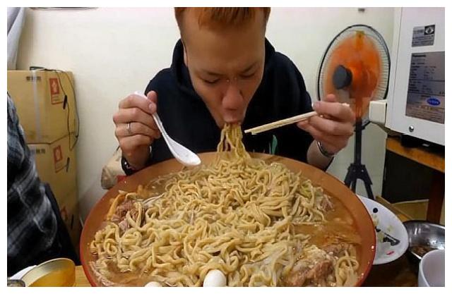 网红大胃王挑战一口气吃8斤面条,看到杯子后,网友:用心良苦!