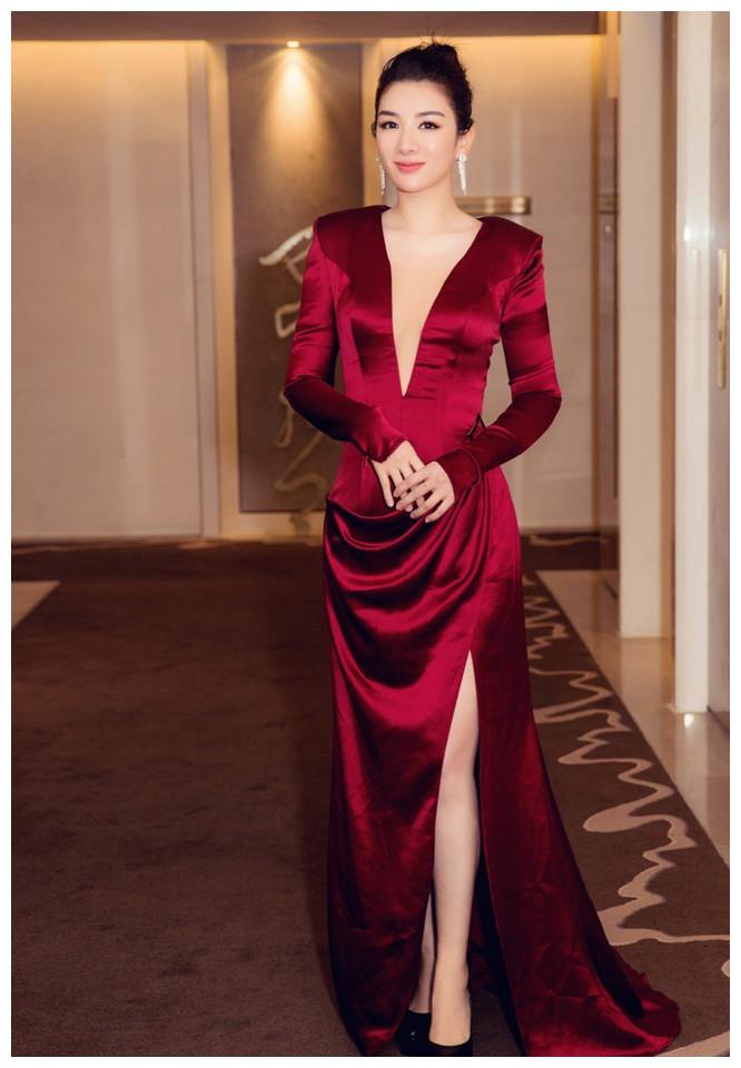 黄奕携《人质列车》亮相北影节红毯,简单红裙穿出女王范!