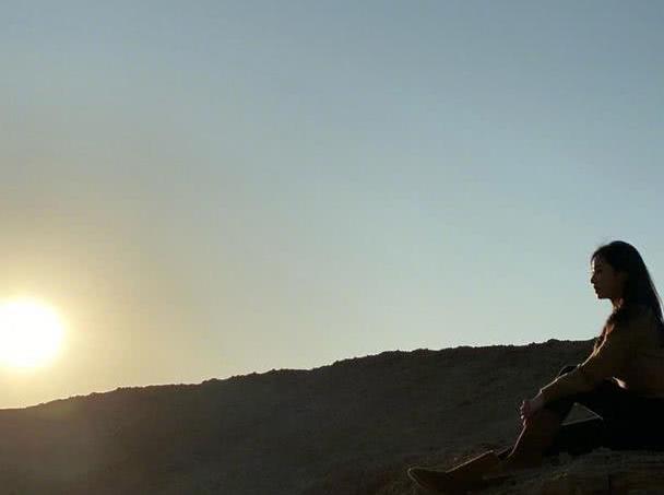 张含韵旅程进入尾声,走遍大半个新疆却不见累,迎风而立眼神坚定