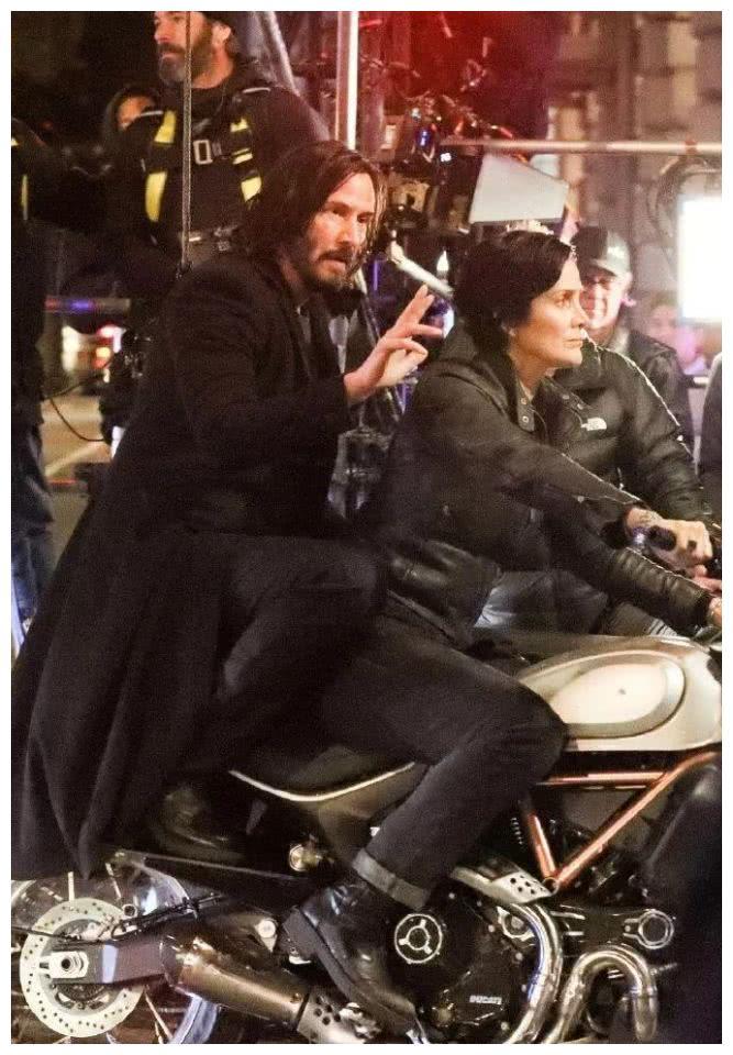 《黑客帝国4》新现场照曝光!尼奥和崔尼蒂的街头机车戏码!