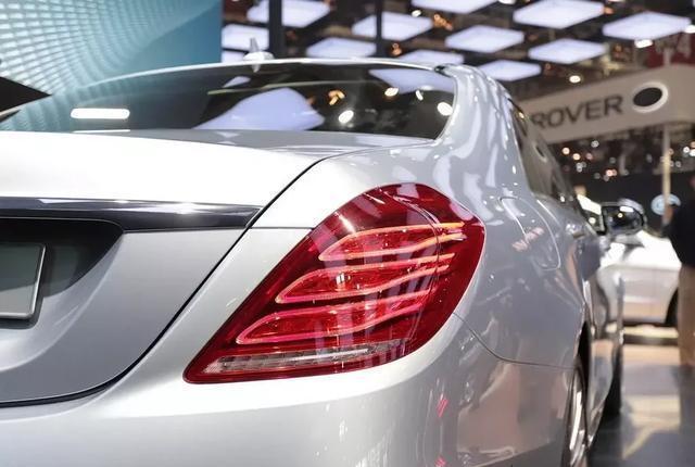 这台奔驰S级不单豪华,魔术车身系统和V12引擎
